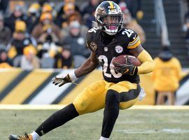 Le'Veon Bell from the Pittsburgh Steelers scampers for a touchdown at Heinz Field in Pittsburgh. (Image: Don Wright/AP)