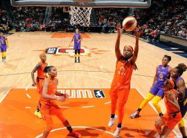 Jonquel Jones (player with ball) scored 27 points to lead the Connecticut Sun to a Game 2 victory over the Los Angeles Sparks in the WNBA semifinals. (Image: Brian Babineau/NBAE/Getty)