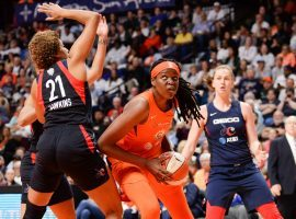 Jonquel Jones (center) helped lead the Connecticut Sun past the Washington Mystics in Game 4 of the WNBA Finals. (Image: Getty)
