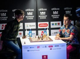 Alireza Firouzja (left) defeated Levon Aronian (right) in an Armageddon tiebreaker in Round 7 to maintain his lead at Norway Chess. (Image: Lennart Ootes/Altibox Norway Chess)