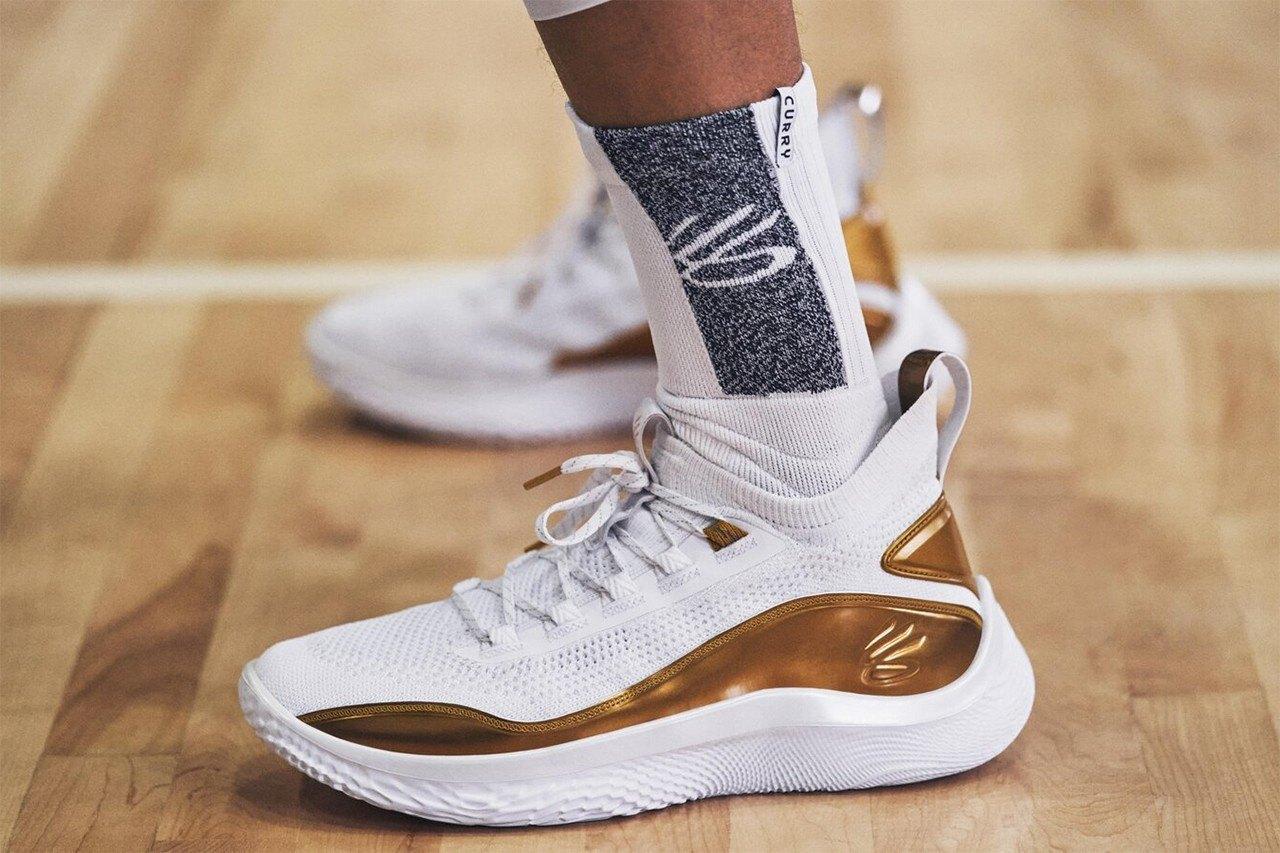 Nike mengalahkan pendapatan sementara Under Armour berharap pada Curry Brand.