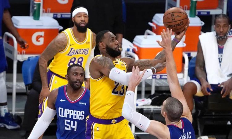 LA Lakers star LeBron James drives to the basket against the LA Clippers on opening night of the NBA season. The Lakers and Clippers have the league's top records four weeks into the season. (Image: Kirby Lee/USA Today Sports)