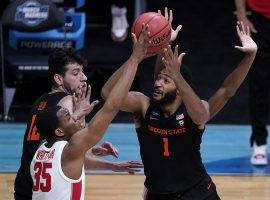 Maurice Calloo from the Oregon State Beavers hit a last-second shot against the Houston Cougars that determined the betting outcome of the first March Madness Elite 8 game. (Image: Darron Cummings/AP)