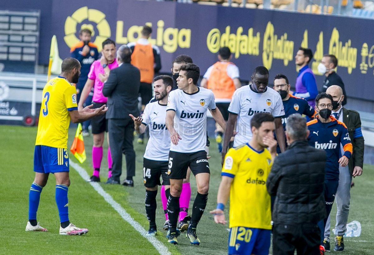 Valencia's players walk off the pitch vs. Cadiz