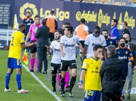 Valencia's players walked off the pitch in their game vs Cadiz after Mouctar Diakhaby was allegedly racially abused by Juan Cala (Photo: valenciacf.com)