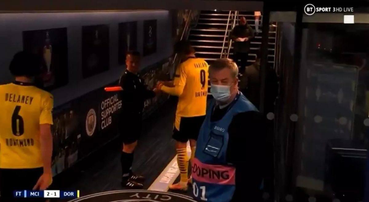 Asisten wasit Rumania Octavian Sovre meminta tanda tangan Erling Haaland setelah pertandingan yang ia mainkan di Manchester, melawan City (Foto: BT Sport)