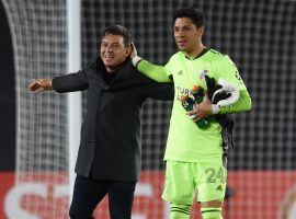 Immediately after the game against Santa Fe finished, River Plate coach Marcelo Gallardo ran to midfielder turned goalkeeper Enzo Perez and congratulated him for his performance. (Image: Twitter / @RiverPlate)