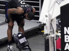 Kawhi Leonard of the LA Clippers inspects his knee injury during a timeout in the fourth quarter of Game 4 against the Utah Jazz. (Image: Mark J. Terrill/AP)