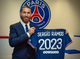 Sergio Ramos posing with PSG's shirt after signing a 2-year contract at Parc des Princes. (Image: Twitter/SergioRamos)