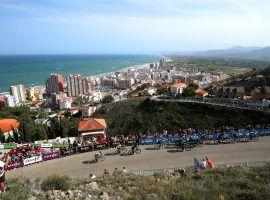 The peloton sprints to the top of Alto de la Montana de Cullera in Stage 6 of the Vuelta a Espana. (Image: Gonzalo Arroyo Moreno/Getty)
