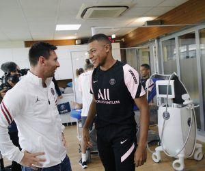 Kylian Mbappe greeting Leo Messi